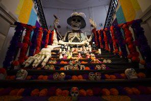 Abran paso a los difuntos mexicanos. Explosión de color en los altares del Día de Muertos