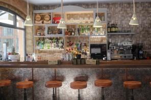 Bares de Oviedo en el centro, aterrizan los cócteles de Mala Saña