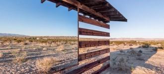 casa-madera-espejos-instalacion-artistica-desierto-