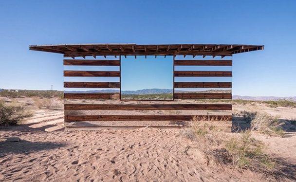 casa-madera-espejos-instalacion-artistica-desierto-1