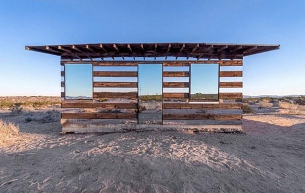 casa-madera-espejos-instalacion-artistica-desierto-10