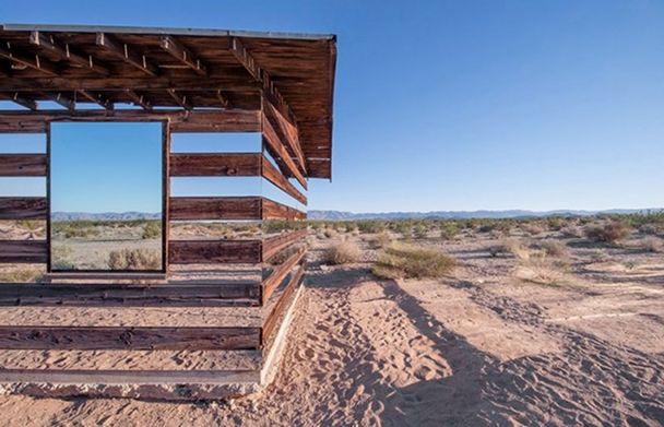 casa-madera-espejos-instalacion-artistica-desierto-2