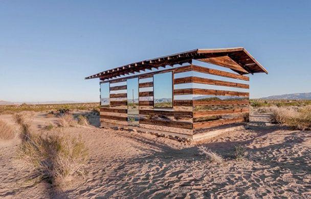casa-madera-espejos-instalacion-artistica-desierto-3