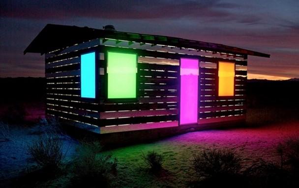 casa-madera-espejos-instalacion-artistica-desierto-4