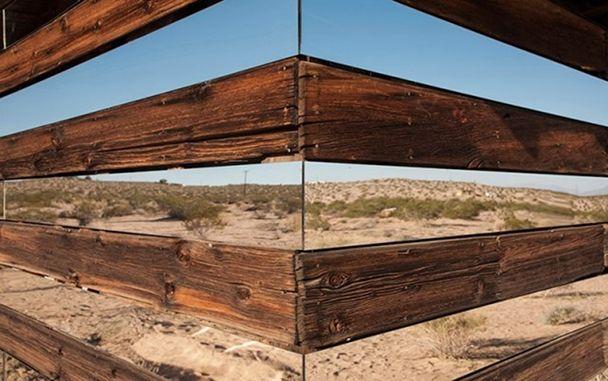casa-madera-espejos-instalacion-artistica-desierto-7