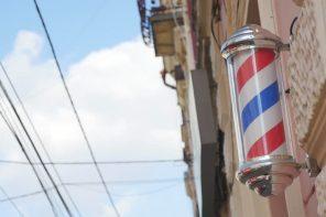 Existe una razón para el color rojo, azul y blanco de las barberías