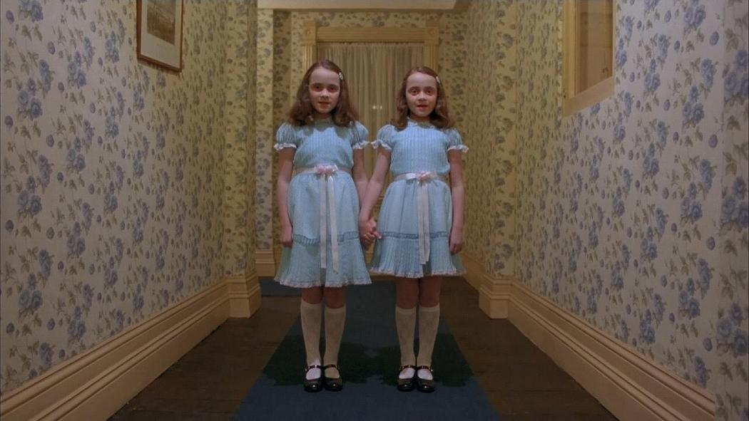 Disfrázate en halloween de las gemelas más terroríficas de la historia del cine