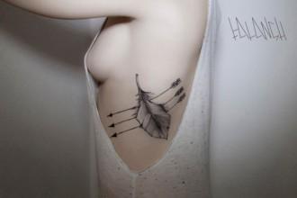 tatuajes-hipster-originales-pluma-flecha-costado1-l